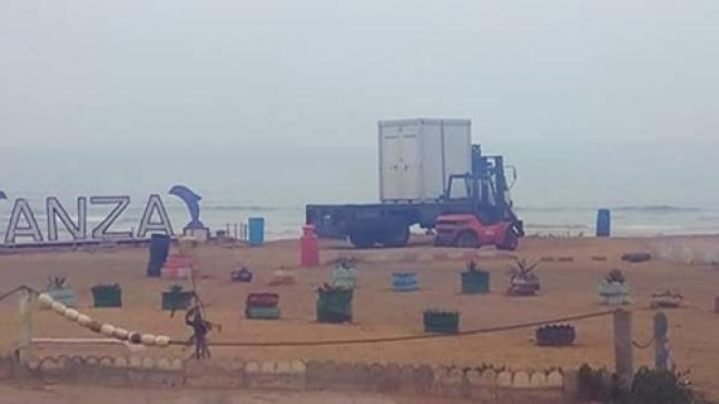 """مرحاض متنقل يصل شاطئ أنزا بعد هدم سلطات أكادير لمرحاض """"الشوهة"""" (فيديو)"""