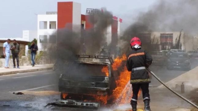 حريق مهول يلتهم سيارة خفيفة وسط أكادير (صور)