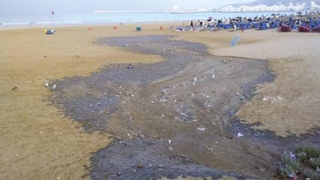 """جمعية بيئية تدق """"ناقوس الخطر"""" بعد تسرب مياه عادمة لشاطئ أكادير"""