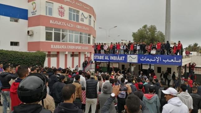 """مئات الأنصار يحتجون أمام إدارة الحسنية ويرفعون شعار """"ارحل"""" في وجه الرئيس ومن معه"""