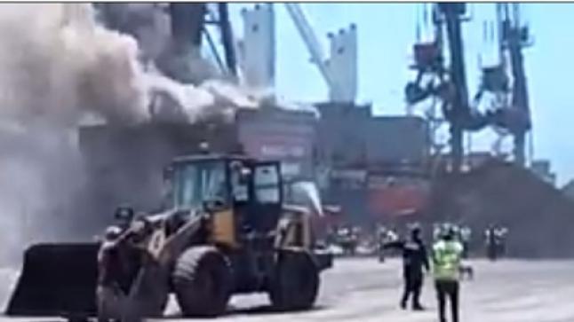 حريق مهول بميناء أكادير يستنفر السلطات (فيديو)