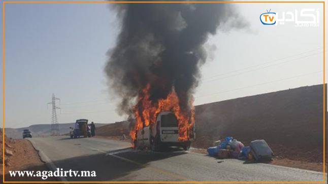 """حريق مهول يلتهم """"طاكسي"""" كبير وسط الطريق (فيديو)"""