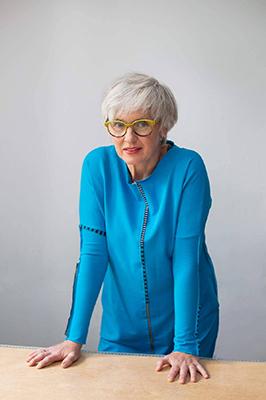 siwe-wlosy-agama-niebieska-sukienka