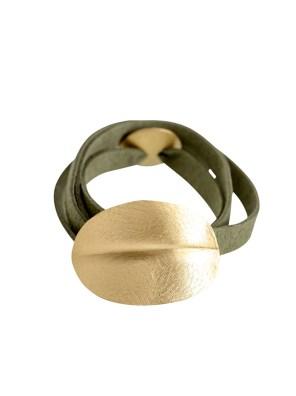 Χειροποίητο σφυρήλατο βραχιόλι από ορείχαλκο.Minimal οβάλ βραχιόλι με νεύρο στο κέντρο του δεμένο σε μακρύ καστόρινο λουράκι. Το μέγεθος ρυθμίζεται σε όλα τα μεγέθη αυξομειώνοντας το κυκλικό του κούμπωμα. Όλα τα κοσμήματα Agapi concept μένουν αναλλοίωτα αφού έχουν εμβαπτιστεί σε ειδικά βερνίκια. Ανανεώστε το στυλ σας και δώστε μια χαρούμενη διάθεση στο καθημερινό σας ντύσιμο.