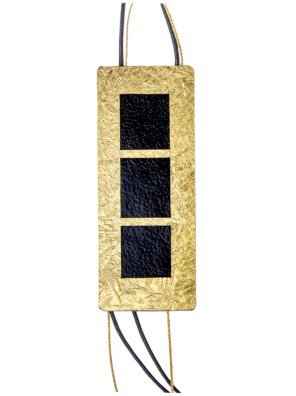 Χειροποίητο κολιέ από ορείχαλκο.Multilevel κολιέ με εικαστικό σχεδιασμό σε συνδυασμό μαύρου και χρυσού δεμένο σε υψηλής ποιότητας μαύρο κορδόνι. Μέγεθος κολιέ 50cm μήκος. Ολα μας τα κοσμήματα μένουν αναλλοίωτα αφού έχουν εμβαπτιστεί σε ειδικά βερνίκια. Δημιουργίες με μοναδική αισθητική, που πάντα γοητεύουν και εντυπωσιάζουν, κάνοντας σας να αισθάνεστε stylish όλες τις ώρες της ημέρας.Statement κοσμήματα, για εσάς που θέλετε να ξεχωρίζετε.