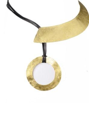 Χειροποίητο κολιέ από ορείχαλκο. Καταπληκτικό κολιέ μισό μέταλλο, μισό δέρμα δεμένο με κύκλο που συμβολίζει την τελειότητα και την αιωνιότητα. Διάμετρος κολιέ 45cm που φυσικά ρυθμίζεται σε όλα τα μεγέθη. Ολα μας τα κοσμήματα μένουν αναλλοίωτα αφού έχουν εμβαπτιστεί σε ειδικά βερνίκια. Δημιουργίες με μοναδική αισθητική, που πάντα γοητεύουν και εντυπωσιάζουν, κάνοντας σας να αισθάνεστε stylish όλες τις ώρες της ημέρας.Statement κοσμήματα, για εσάς που θέλετε να ξεχωρίζετε.