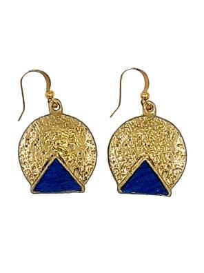 Χειροποίητα σκουλαρίκια από ορείχαλκο. Απίθανα στρογγυλά σκουλαρίκια δεμένα με τρίγωνες μπλε ρουά επεξεργασμένες πέτρες. Τα σκουλαρίκια είναι υποαλλεργικά (Nickel free). Τα χρώματα ενδέχεται να διαφέρουν ελαφρά επειδή οι πέτρες έχουν μοναδικά χαρακτηριστικά και επεξεργάζονται στο χέρι. Μέγεθος σκουλαρικιών 2,5cm μήκος. Ολα μας τα κοσμήματα μένουν αναλλοίωτα αφού έχουν εμβαπτιστεί σε ειδικά βερνίκια. Τα σκουλαρίκια, διαχρονικά και σύγχρονα, είναι η λεπτομέρεια που τραβά τα βλέμματα και μαγνητίζει.