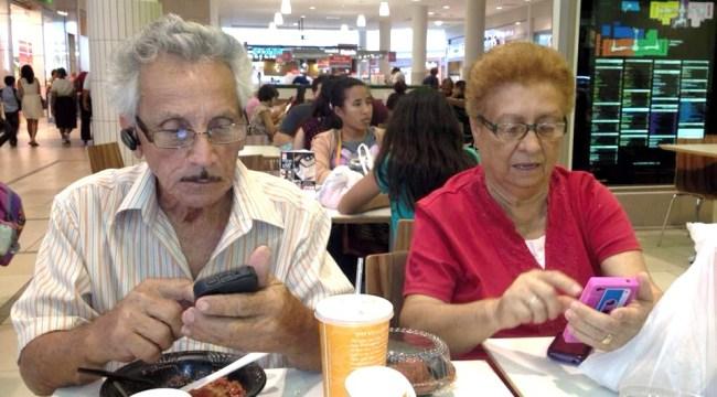 Los abuelos Elías y Julia con los smartphones