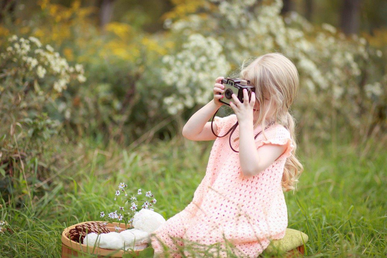 Niña con cámara, fotografía para aprender