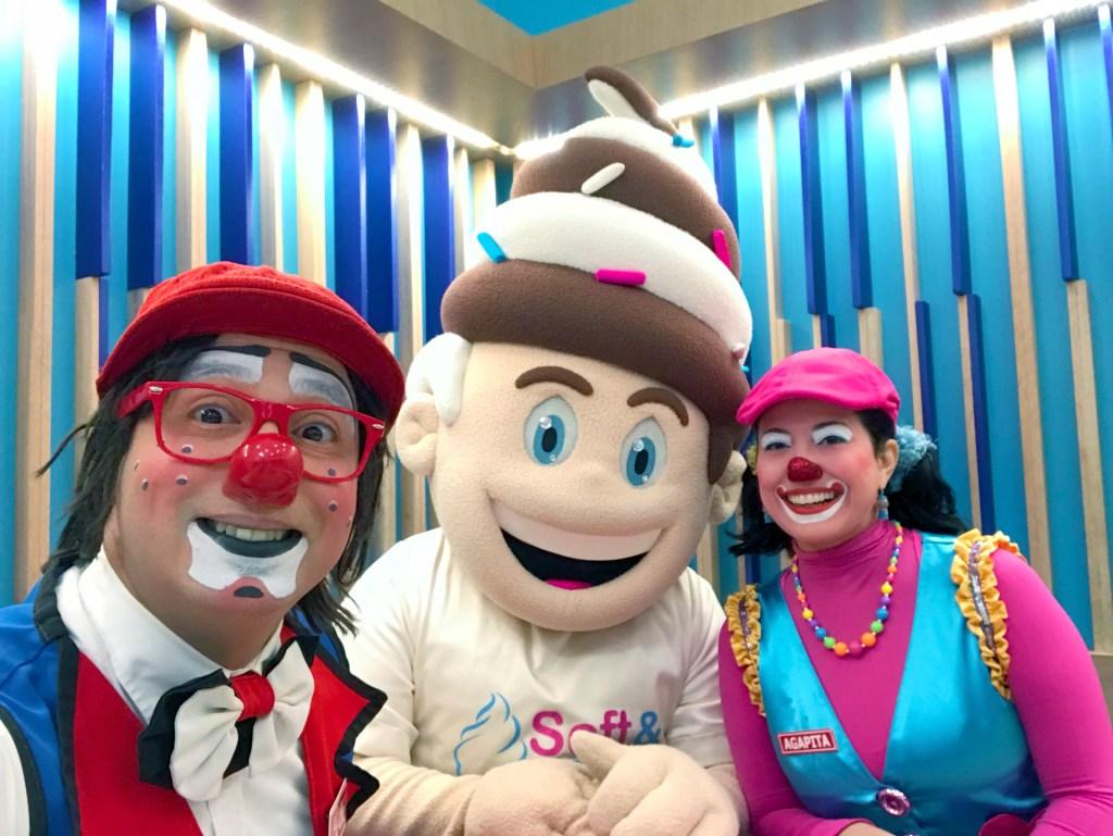 Un-selfie-junto-a-Softy-Payasos-Agapita-y-Cheche-en-Soft-&-Creamy-Puerto-Rico