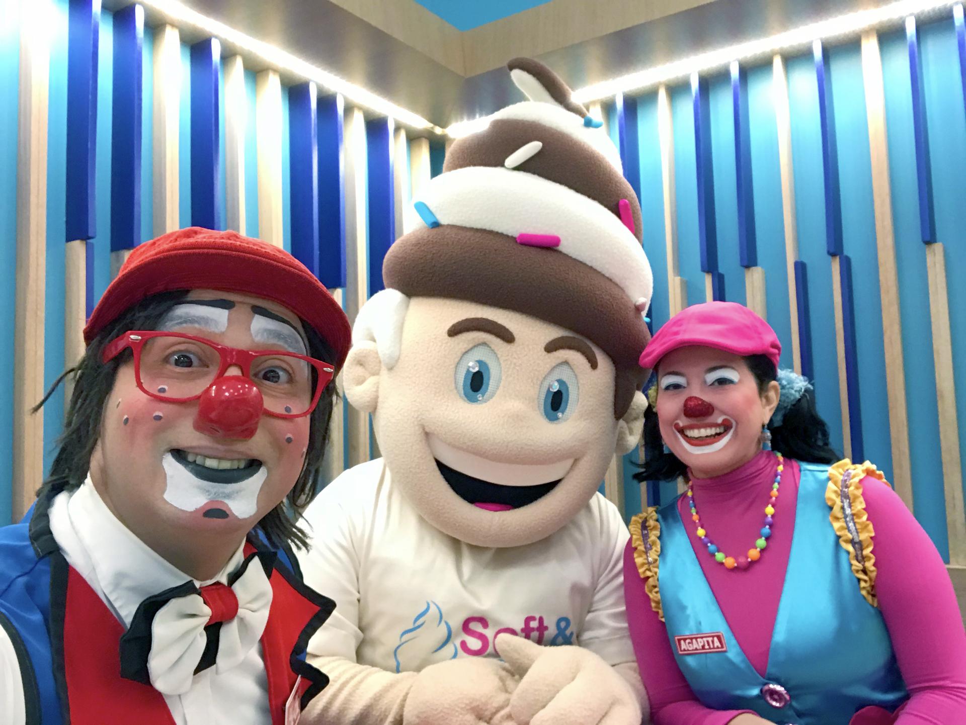 Un selfie junto a Softy - Payasos Agapita y Cheche en Soft and Creamy Puerto Rico