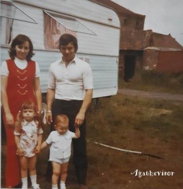 Pas vraiment aménagé le terrain derrière la photo de famille !