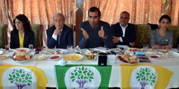 HDP Kahramanmaras Milletvekili aday tanitim toplantisinda basin mensuplariyla bir araya gelen HDP Kahramanmaras Il Es Baskani Hayriye Durular (soldan 2.), gereksiz gerekcelerle muftuluk meydani icin izin alamadiklarini belirtti.