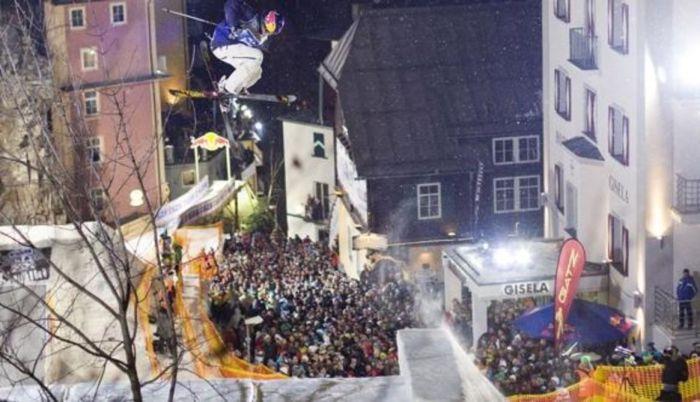 Red Bull er vært for den kæmpemæssige free-skiing event »PlayStreets«, som foregår i centrum af Østrigs maleriske gamle kurby og skisportssted, Bad Gastein.