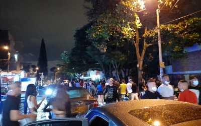 """Fiesta en Cali, con pólvora y música en vivo, fue promovida por """"influencer"""" de la camioneta piscina"""