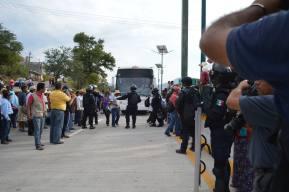 Entre las negociaciones con la Policía Federal se les pidió a los manifestantes dejar al menos dos carriles despejados para el paso vehicular, estos accedieron hasta que se diera una solución ya sea favorable o en contra para determinar su siguiente acción. (Foto: Jesús Bello/API)