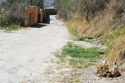 """La cruz que anuncia la entrada a """"la avenida de la muerte"""", en la colonia 4 de Marzo de Chilpancingo. (Fotografía: José Molina/API)"""