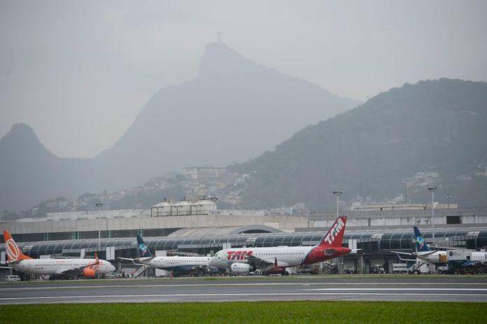 Avião na pista do Aeroporto Santros Dumont após reforma.
