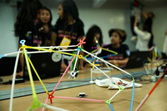 Um grupo de cerca de 30 meninas do ensino médio de escolas públicas do DF participam de um workshop inédito sobre robótica, ministrado por cientistas suecas.