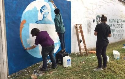 Artistas intervienen un mural por el femicidio de Úrsula