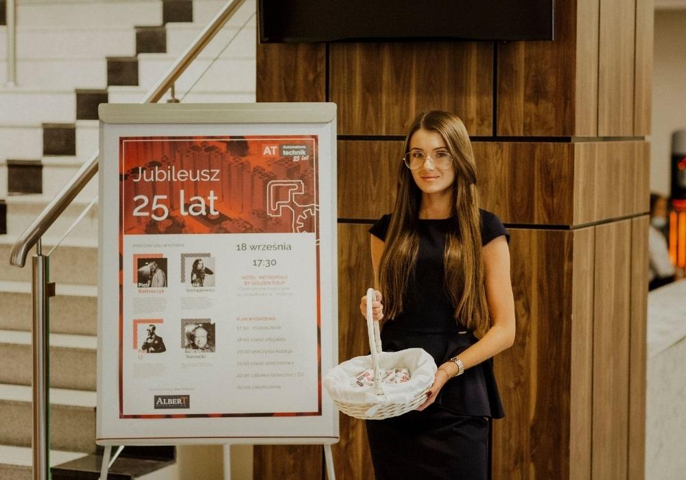 hostessa gala jubileusz do rozdawania nagród