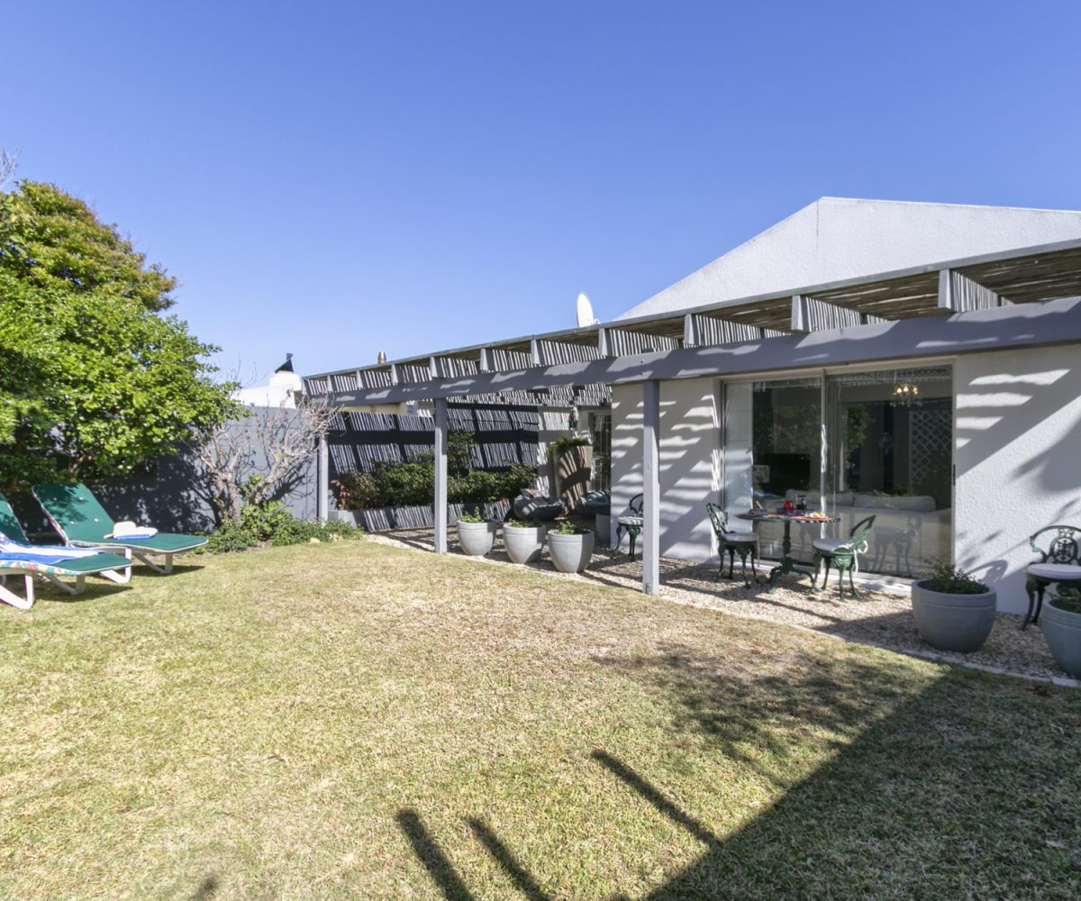 2 Bedroom Marina Da Gama Self Catering Accommodation In Muizenberg - Heron Cottage