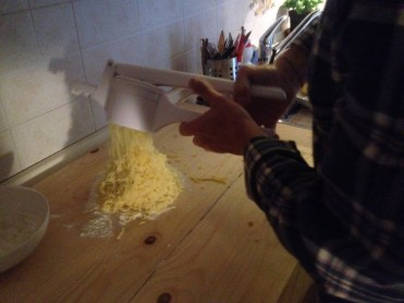 schiacciamo le patate per gli gnocchi di patate