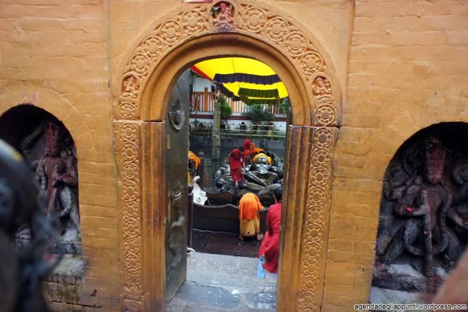 Giovani Bramini vestono Vishnu a Budhanilkantha