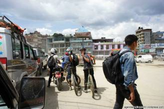 Giovani mountain bikers per le vie di Kathmandu