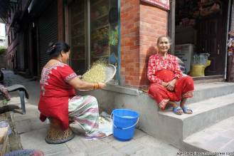 Vita di donne nelle strade dei paesini del Nepal