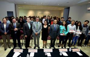 Entrega UAEH becas a estudiantes de preparatoria 4