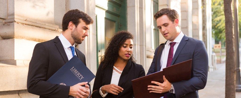 Estudiar un posgrado incrementa tus ingresos y te da valor profesional