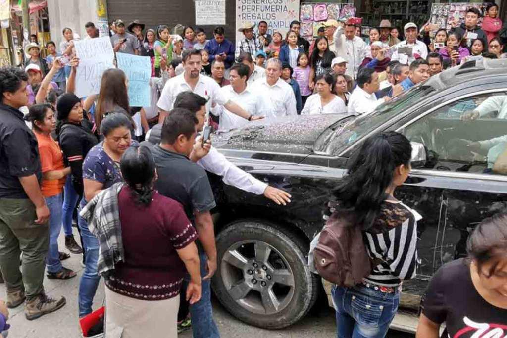Habitantes de Oaxaca retienen a AMLO para exigir solución a problema de agua