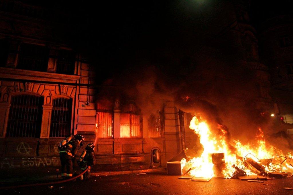 Incendian y saquean edificio del diario El Mercurio, el periódico más antiguo de Chile