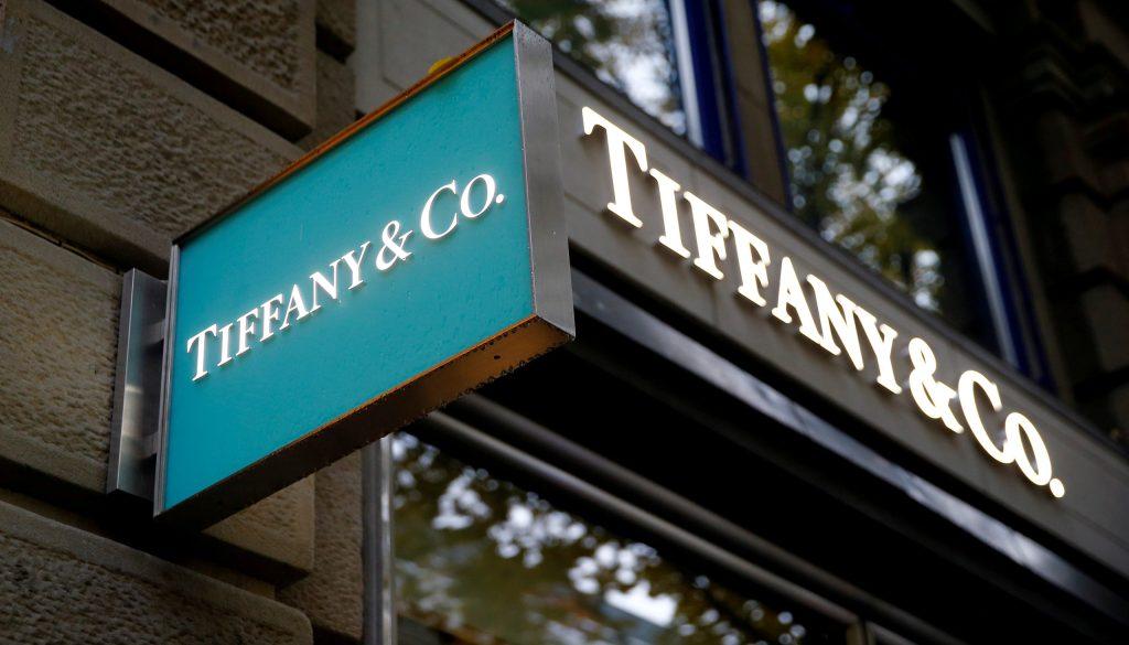 Louis Vuitton sale de compras y va por Tiffany