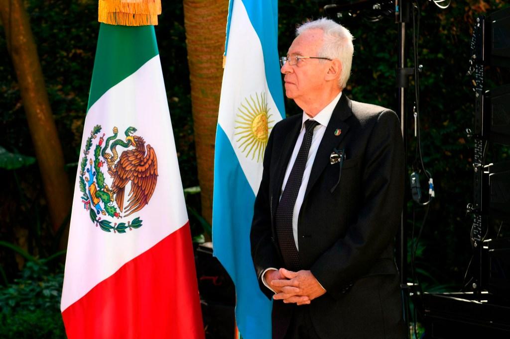 Suspenden y ordenan regresar a embajador de México en Argentina por… ¡Robarse un libro!