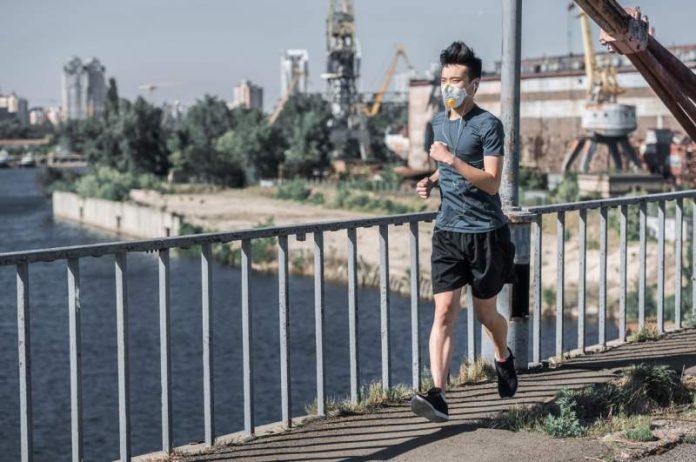Correr y ejercitarse con cubrebocas es más peligroso de lo que imaginas