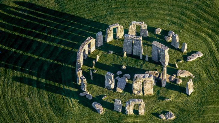Arqueólogos descubren asombroso anillo gigante cerca de Stonehenge