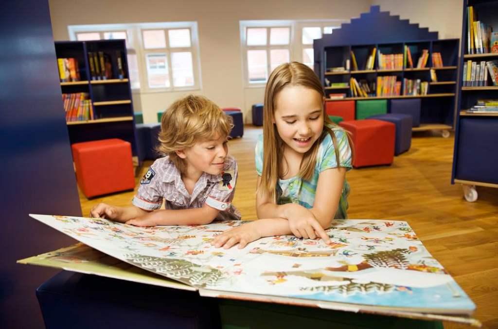 Kinder Lesen im Museum Ravensburger