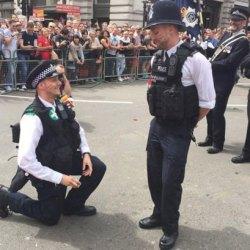 酷新聞:幸福破表!倫敦同志遊行 兩位警察同時各自向男友求婚
