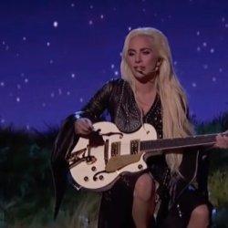酷影音:女神卡卡出席全美音乐奖 深情献唱新歌
