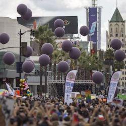 酷新聞:同志遊行施放49顆紫氣球 悼念奧蘭多罹難者