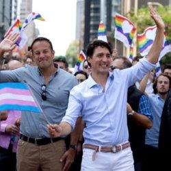 酷新聞:加拿大、愛爾蘭倆國總理 攜手參加遊行挺同志