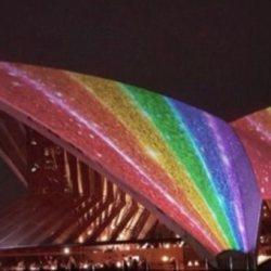 酷新闻:雪梨歌剧院披上彩虹    迎接2018同志嘉年华