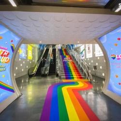 酷新聞:曼谷地鐵站 彩虹通道大噴發 各國網友羨慕