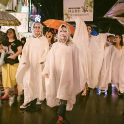 """酷新闻:台中同志游行""""飘飘快闪""""街头行动 呼吁让同志""""有家可归"""""""