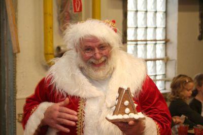 Unser Nikolaus wie wir ihn alle kennen, hilfsbereit. Manchmal mürrisch - aber immer für die Kinder da.
