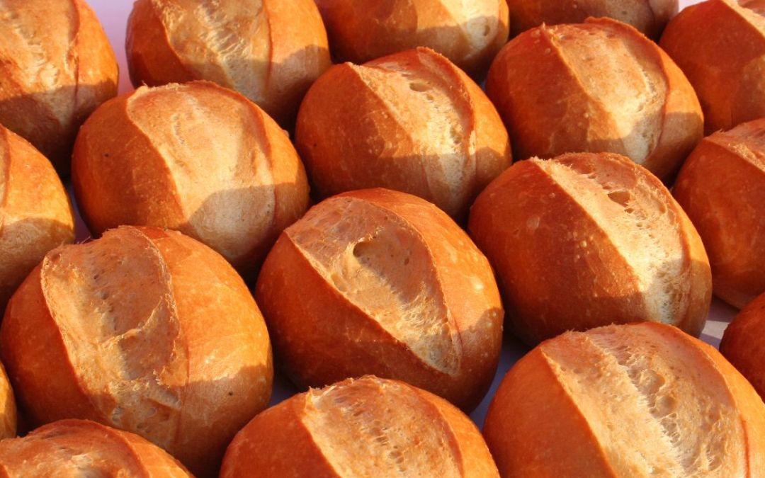 Mittwoch früh beim Bäcker, eckige Brötchen in allen Größen. Störung bei Agethen.