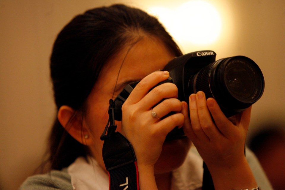 girl working as a photographer during semester break to travel