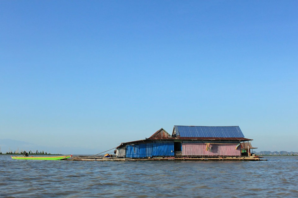 humble floating house at tempe lake indonesia